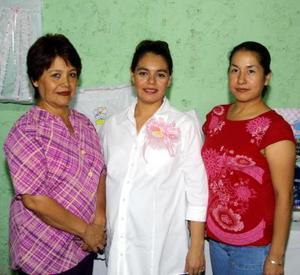 María Magdalena Quimiro de Ramos acompañada de María Magdalena Corrales de Quimiro y María Elizabeth López de Quimiro en la fiesta de regalos que se le ofreció en días pasados.