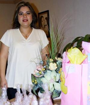 Mónica Lozano de Vélez en la fiesta de canastilla que le ofrecieron con motivo del próximo nacimiento de sus gemelas.