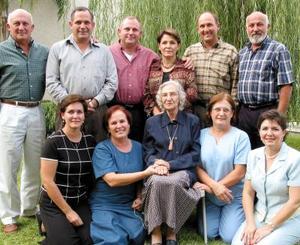 Señora Irma Franco de Grageda celebró su 75 aniversario de vida acompañada de sus hijos José, Adolfo, Guillermo, Verónica, Arturo, Eduardo, Alejandra, Elena, Carmen y Cristina Franco Grageda.