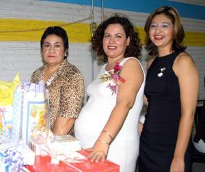 <u> 23 de noviembre </u> <p>   Una fiesta de canastilla se ofreció en honor de Verónica Barba Hernández quien aparece junto a las organizadoras, Isabel Hernández y Rocío Rodriguez.