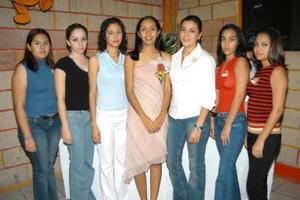 Karla Selene Torres Ruiz acompañada de sus amigas, en la despedida de soltera que le organizaron por su próxima boda con José Francisco Ríos Sandoval.
