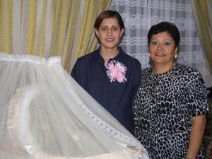 Gloria Verónica Sifuentes de Albarrán acompañada de la señora Rocío Chávez de Albarrán.