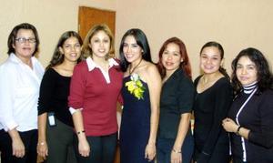 Iliana Angélica Vázquez Álvarez acompañada de sus amigas en su fiesta de despedida.