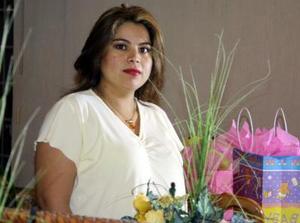 Mónica Lozano de Velez recibió un gran número de felicitaciones en la fiesta de canastilla qu ele organizaron en días pasados.
