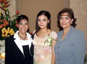 Alejandra Rodríguez Mazón acompañada de Martha Silvia Alanís de Mendoza y Deflina Manzón de Gutiérrez  en la despedida de soltear que le organizaron
