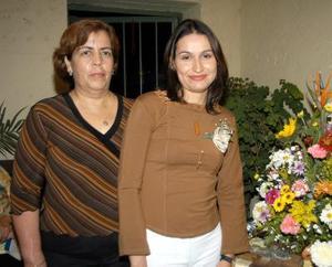 Karina Mendoza Martínez acompañada de la señora Gloria Cano Chavarría organizadora de su despedida de soltera