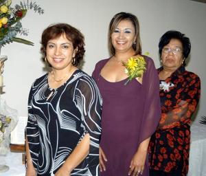 La festejada Belem Briones Morales acompañada de Diana Ramos y Belem Morales de Briones