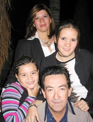 Luis Carrillo y Fabiola Zazueta de Carrillo en compañía de sus hijas Fabiola y Luz María.