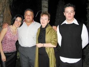 <u> 27 de noviembre </u> <p> Señores Óscar Russek y Luz María de Russek acompañados de sus hijos Karla y Óscar.