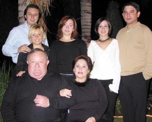 Carlos Carrillo y Lupita de Carrillo con sus hijos, Mauro, Priscila, Roberto, Claudia y Bárbara en pasado acontecimiento social.