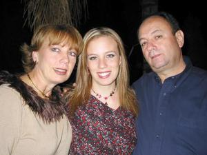 Jaime Carrillo y Bonnie de Carrillo con su hija Bonnie Carrillo Schultz.