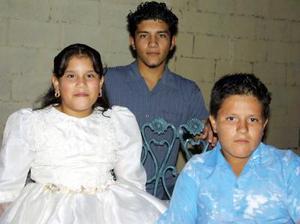 La pequeña Lourdes Bibiana captadas co sus hermanos Ricardo Joaquín y Carlos David Sosa Carrillo, en la fiesta de cumpleaños que l e ofrecieron recientemente.