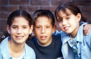 Ana Lorena, Guillermo Antonio y Larisa Saldaña Dávila, captados en pasado festejo infantil