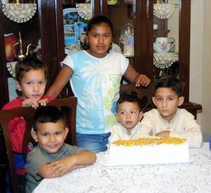 Édgar Pedroza Fraire acompañado de sus amiguitos Iván, Óscar, Migual, Zaid y Anilú, en el convivio que le organizó su mamá por su cumpleaños.