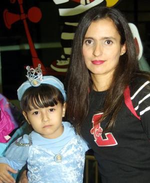 <u> 26 de noviembre </u> <p>    Lorena Mena Badilla acompañada de su mamá, Patricia Lorena Badilla de Mena en la fiesta de cumpleaños que el ofreció en días pasados.