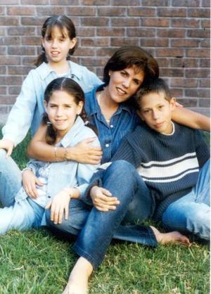 <u> 27 de noviembre </u> <p>  Lorena Dávila de Saldaña en compañía de sus hijos, Guillermo, Ana Lorena y Larisa Saldaña Dávila.