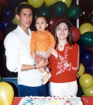 El pequeño Mario Rodríguez Patiño acompañado de sus papás los señores Mario Rodríguez Cervantes y Glenda Patiño Gómez en su fiesta de cumpleaños.