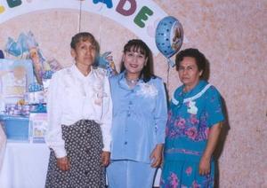Sra. Elizabeth Nasser de De Santiago en compañía de Raquel de Nasser y Ofelia de De santiago, organizadoras de su fiesta de canastilla efectuadas en días pasados.