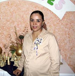 Graciela Caballero de Garza recibió un gran número de felicitaciones en la fiesta que le ofrecieron por el próximo nacimiento de su bebé.