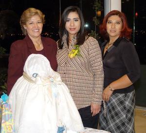 Claudia Fabiola Medina de Fernández acompañada de las anfitrionas de su fiesta de regalos María del Carmen Delgado de medina y María del Carmen Medina