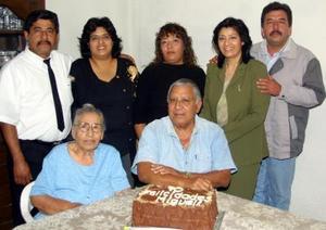 El señor Miguel Aguilar  Parrilla festejó su 70 aniversario de vida en compañía de sus hijos Luz Elena, Maile, Diana, Arturo y Brenda y de su esposa la señora de Aguilar.