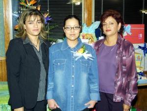 Esther Díaz Alvarado de Silva acompañada de María Teresa González de Silva y Lorena González organizadoras de su fiesta de canastilla.