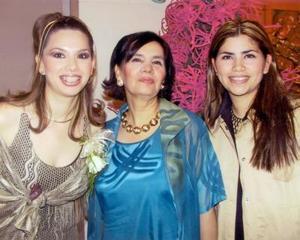 Karime Ceballos Martínez acompañada de su mamá María Teresa Martínez y de su hermana Marina Ceballos de Madrid.