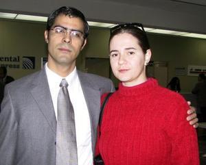 Para atender negocios relacionados a la telefonía celular, viajó a Hermosillo, Son., Osvaldo González, lo despidió Sandra Romo.