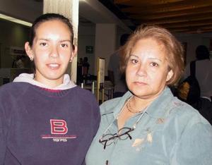 Alina Garza viajó a París, Francia para asistir al pre olímpico de ta kwan do, fue despedida por Lilia Garza.