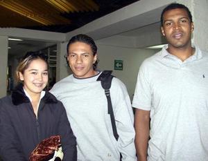 <u> 28 de noviembre </u> <p> Marcos Chávez del equipo de basquetbol Algodoneros viajó a Acapulco Gro, lo despidieron Alicia Guerrero y Éric Haro.