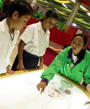 En una superficie de cuatro mil 500 metros, niños de diferentes instituciones escolares podrán disfrutar, vivir, sentir y palpar cada una de las experiencias que adquirirán a través de las exhibiciones que presenta este museo.