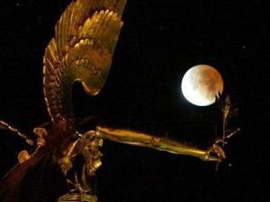 Pero el oscurecimiento de la Luna cubierta por la sombra de la Tierra no es el último acontecimiento que hará a los hombres levantar la vista hacia el cielo este año, según manifestaron científicos de la Sociedad Astronómica de EU.   <p> Foto: Desde el Ángel de la Paz en Munich, sur de Alemania.