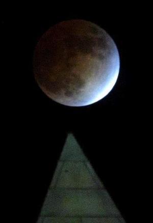 Según los datos del Observatorio Astronómico Nacional, el eclipse comenzó a las 23:15 horas (hora peninsular) del sábado y terminó a las 5:22 horas del domingo, y en este proceso, el primer contacto con la sombra se produjo a las 0:32, el máximo eclipse a las 2:18 y el último contacto con la sombra a las 4:05.  <p> Foto: Washington