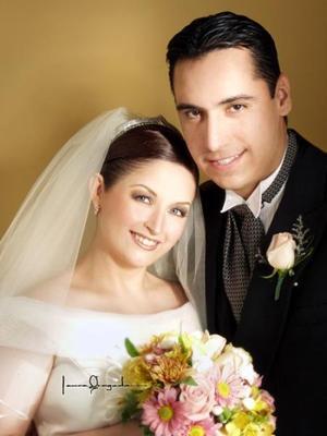 C.P.F. David Abraham Vega de la Torre y C.P.F. Laura Cecilia Lozano Villarreal contrajeron matirmonio en la parroquia Los Ángeles el tres de octubre. <p> <i>Estudio: Laura Grageda. </i>