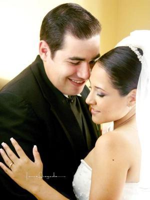 Dr. José Antonio Salas Azpiazu y Dra. Norma Rosario Delgado Lozano contrajeron matrimonio religioso en la parroquia Los Ángeles el cuatro de octubre de 2003.  <p> <i>Estudio: Laura Grageda. </i>