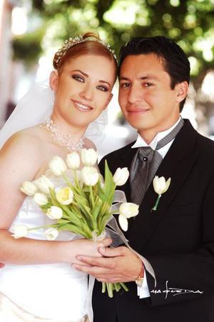 Lic. Alberto Ledesma Meza e Ing. Sandra Judith Martínez Ramírez contrajeron matrimonio religioso en la iglesia de San Felipe de Jesús el 18 de octubre de 2003. <p> <i>Estudio: Maqueda. </i>