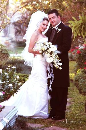 Sr. Alejandro Veyán Humphrey y Srita. Paola Boehringer Farías recibieron la bendición nupcial en la parroquia Los Ángeles el 17 de octubre de 2003.  <p> <i>Estudio: Maqueda. </i>