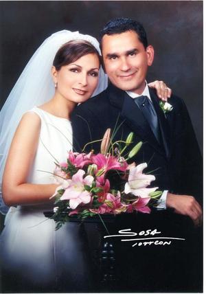 Ing. Ernesto Alejandro Meléndez Reyes y C.P. Mónica Rodríguez Marín recibieron la bendición nupcial en la parroquia Los Ángeles el 11 de octubre de  2003  <p> <i>Studio Sosa</i>
