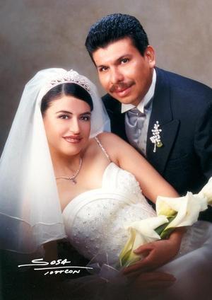 Dr. Sergio Cruz Arroyo y Srita. Rosa de Guadalupe Rivera Rivera contrajeron matrimonio religioso en la capilla San José de la Casa de la Madre Lola el 18 de octubre de 2003.  <p> <i>Studio Sosa</i>