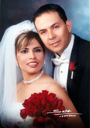 Ing. César Fernando Gómez Acuña y Lic. Valeria Elizabeth Campuzano Velazco contrajeron matrimonio religioso en la parroquia de La Sagrada Familia el 20 de septiembre de 2003. <p> <i>Studio Sosa</i>