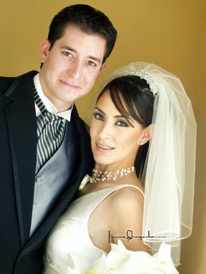 Ing. Jorge Alberto Michel Barker y Lic. Cecilia Camacho Armendáriz recibieron la bendición nupcial en la parroquia de la Sagrada Familia el cuatro de octubre de 2003.  <p> <i>Estudio: Laura Grageda</i>
