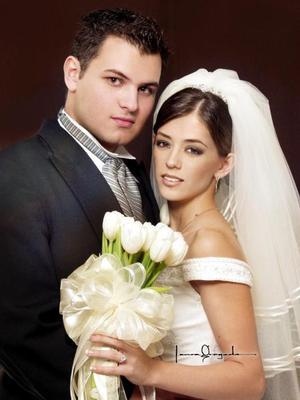 Lic. Carlos Alberto Matínez Flores y Srita. Usua Velausteguigoitia Bassó contrajeron matrimonio religioso en la parroquia de San Pedro Apóstol el 27 de septiembre de 2003.  <p> <i>Estudio: Laura Grageda</i>