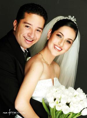 Lic. Juan Carlos Caropresso Regalado y L.A.E. María del Pilar Murguía Martínez contrajeron matrimonio el 25 de octubre de 2003. <p> <i>Estudio Maqueda</i>