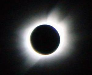 Las observaciones hechas en anteriores eclipses totales de Sol han servido para, entre otras cuestiones, medir la desviación de la posición aparente de las estrellas más cercanas al astro, con lo que se determinó la atracción que su gran masa ejerce sobre la luz, y así se validó la teoría de la relatividad de Einstein.
