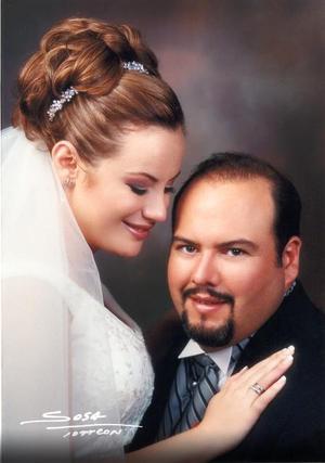 Ing. Xavier González de la Rosa y C.P. Alma María González Treviño recibieron la bendición nupcial en la parroquia de San Pedro Apóstol el 18 de octubre de 2003.  <p> <i>Studio Sosa</i>