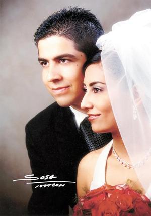 Ing. Raúl Robles del Río y C.P. Silvia Ortiz Reynoso contrajeron matrimonio religioso en la parroquia de la Inmaculada Concepción el ocho de noviembre de  2003.  <p> <i>Studio Sosa</i>