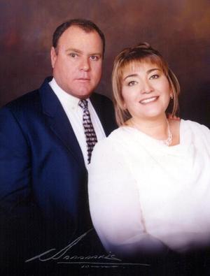 Lic. Ricardo Gutiérrez del Bosque y Profra. María Dolores García Ortega contrajeron matrimonio civil el 24 de octubre de 2003.