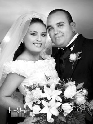 C.P. José Manuel Maldonado Valenzuela y Srita. Violeta Ivet Cabrera Hernández contrajeron matrimonio religioso en la parroquia de Nuestra Señora de la Virgen de Guadalupe el seis de septiembre de 2003. <p> <i>Estudio Laura Grageda</i>