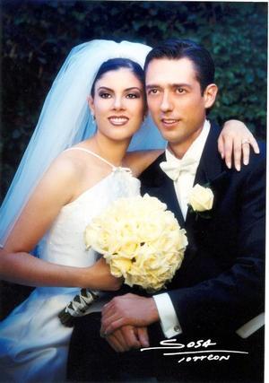 Ing. Javier González Lara y Lic. Sandra María Garibay Franco recibieron la bendición nupcial en la parroquia de San Pedro Apóstol el cuatro de octubre de 2003. <p> <i>Studio Sosa</i>