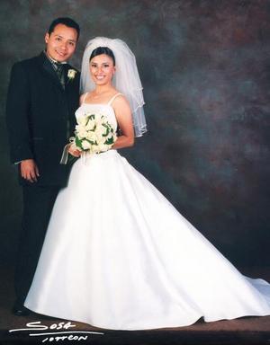 Ing. Joel Isaac Martínez Dueñas y Srita. Nidia Margarita Torres Estrada contrajeron matrimonio cristiano el 22 de noviembre de 2003. <p> <i>Studio Sosa</i>